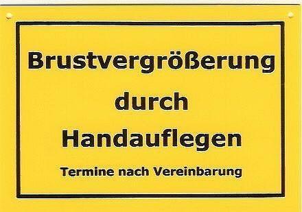 Schild als Postkarte Brustvergrößerungen durch handauflegen