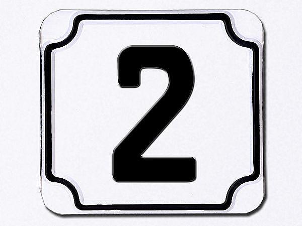 Hausnummer geprägt in weiß --- Ziffer 2