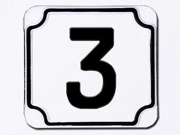 Hausnummer geprägt in weiß --- Ziffer 3