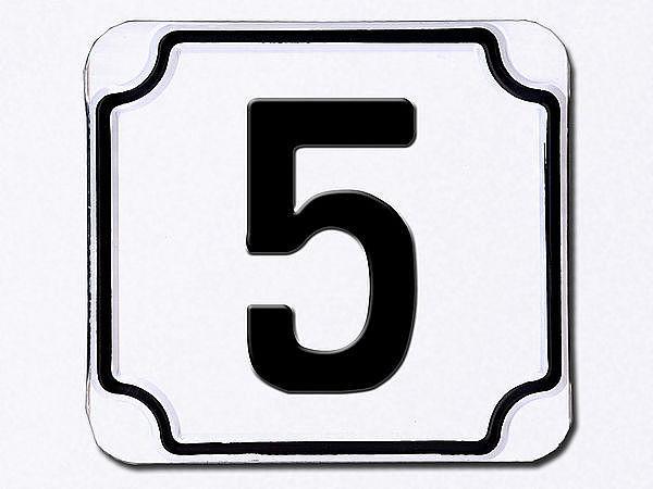 Hausnummer geprägt in weiß --- Ziffer 5