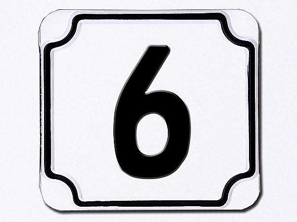 Hausnummer geprägt in weiß --- Ziffer 6