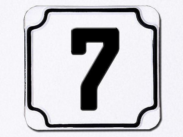 Hausnummer geprägt in weiß --- Ziffer 7