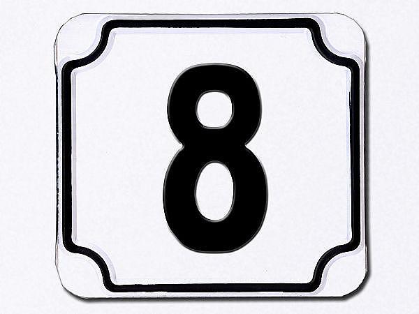 Hausnummer geprägt in weiß --- Ziffer 8
