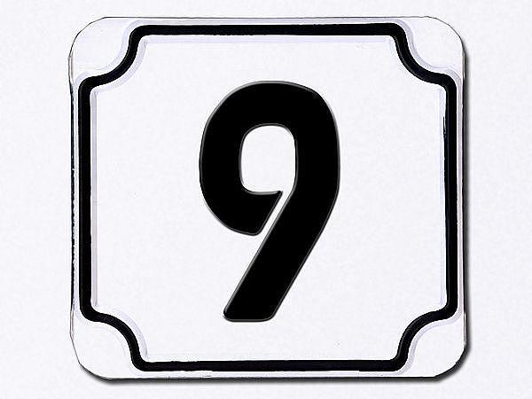 Hausnummer geprägt in weiß --- Ziffer 9