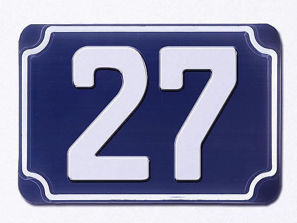 Blaue geprägte Hausnummer 27