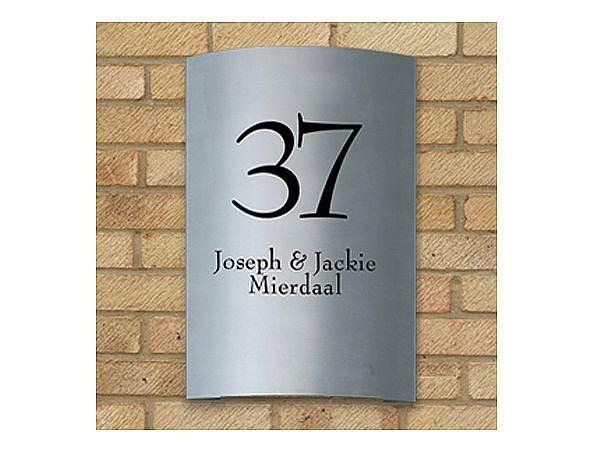 Gebogene Edelstahlhausnummer mit Familiennamen oder Straßennamen bei SchilderShop